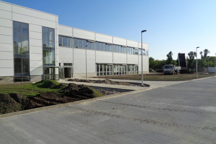 Üzemcsarnok bővítés, iroda és öltöző építés